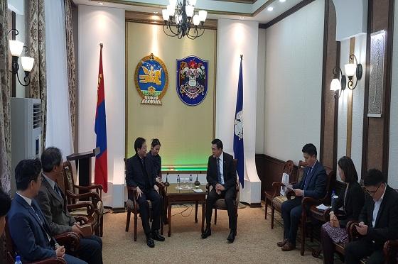 김세용 SH공사 사장(중앙 왼쪽)이 지난 11월 25일 몽골 울란바토르시에서 아마르사이한 울란바토르시 시장(중앙 오른쪽)과 서울형 공공주택 수출 등 협력방안에 대해 논의하고 있다.ⓒ서울주택도시공사