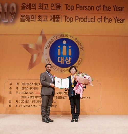 윤경주 BBQ 부회장(사진 오른쪽)이 2019 대한민국 소비자 대상 _최고 브랜드상 을 수상하고 있다. ⓒBBQ