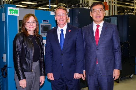 LG화학 CEO 신학철 부회장(오른쪽)과 GM CEO 메리 바라 회장(왼쪽)이 오하이오 존 휴스티드 부주지사(가운데)와 기념 촬영을 하는 모습