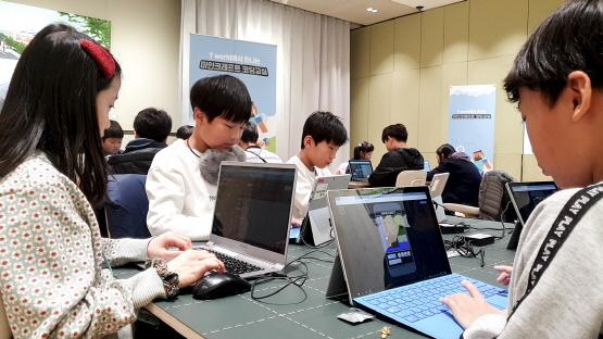 SK텔레콤과 마이크로소프트는 서울과 부산·대전·대구·광주 5개 도시 매장에서 블록형 건설 게임