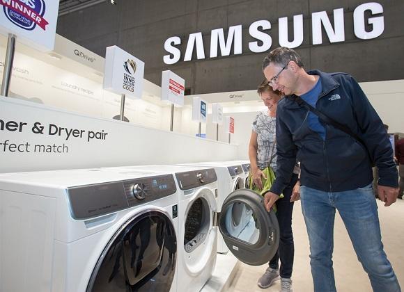 지난 9월 독일 베를린에서 열린 유럽 최대 가전 전시회 'IFA 2019'에서 삼성전자 전시장을 방문한 관람객들이 삼성 의류케어가전인 세탁기와 건조기를 감상하고 있다.ⓒ삼성전자
