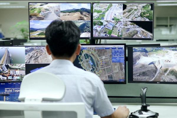 대우건설 기술연구원에서 드론관제시스템을 운영하고 있다. ⓒ대우건설