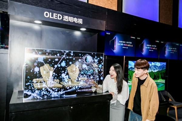 중국 베이징에서 열린 OLED 빅뱅 미디어 데이 행사에서 참석자들이 LG디스플레이의 55인치 투명 OLED 디스플레이를 관람하고 있다. ⓒLG디스플레이