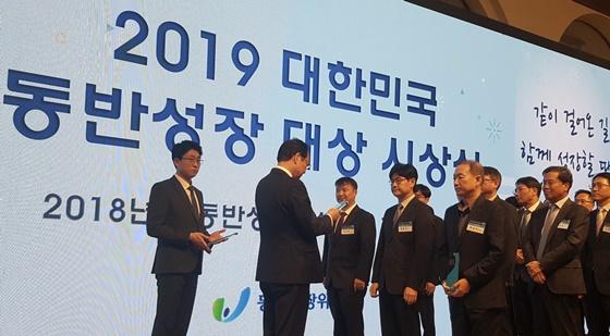 지난 9일 열린 2019 대한민국 동반성장 시상식에서 '동반성장지수 최우수 기업'으로 선정된 네이버의 임동아 리더가 최우수 기업상을 수상하고 있다. ⓒ네이버