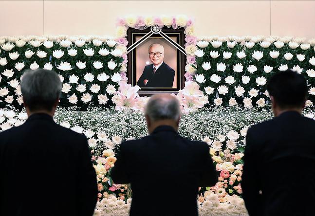 10일 경기도 수원시 아주대학교병원 장례식장에 마련된 고 김우중 전 대우그룹 회장의 빈소를 찾은 조문객들이 조문을 하고 있다.