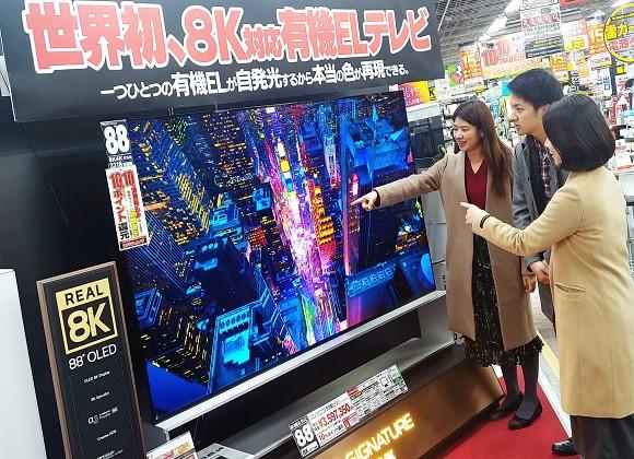 일본 도쿄 아키바에 위치한 요도바시카메라 매장에서 고객들이