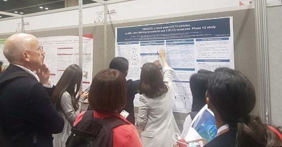지난 7일부터 10일까지 미국 올랜도에서 열린 ASH에서 한미약품이 포스터로 발표한 항암신약 후보물질 HM43239의 주요 내용을 참석자들이 확인하고 있다.ⓒ한미약품