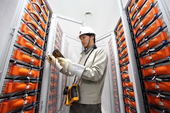 LG화학 직원이 익산공장에서 ESS 배터리 모듈을 점검하고 있다.[사진제공=LG화학]