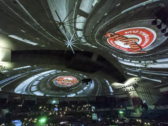 SK나이츠는 벽면을 정교하게 3D 맵핑하고 총 4대의 대형 프로젝터를 설치해 미디어 파사드를 구현했다. ⓒSK텔레콤