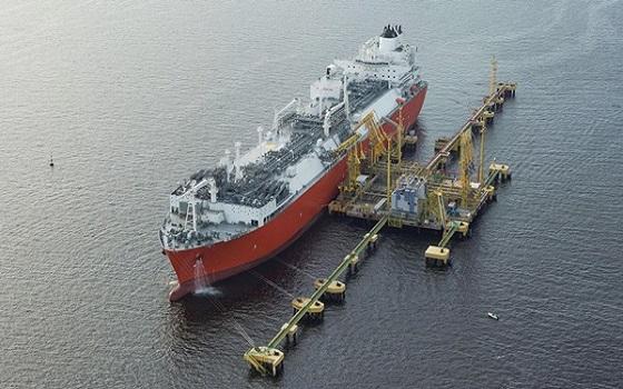 대우조선해양이 건조해 지난 2014년 엑셀러레이트에너지에 인도한 부유식 액화천연가스 저장·재기화설비(LNG-FSRU)가 해상에서 천연가스를 공급하고 있다.ⓒ대우조선해양