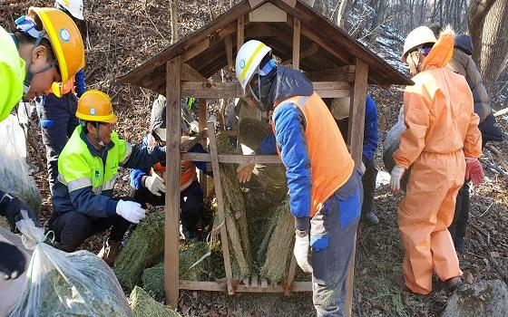 한라시멘트는 지난 12일 자사 석회석 광산 복구지 인근에서 원주지방환경청·야생동물연합과 함께 민관공 합동 겨울철 야생동물 먹이주기 및 올무수거 행사를 가졌다.ⓒ한라시멘트