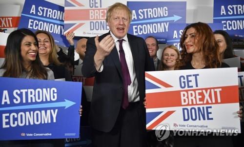 영국 존슨 총리(가운데)가 지지자들과 선거활동을 하고 있다.
