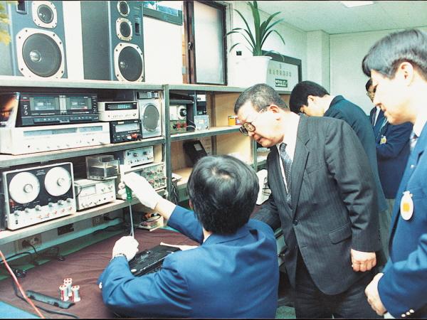 1990년 6월 구자경 LG 명예회장(가운데)이 금성사 고객서비스센터를 찾아 직원들의 애로사항을 듣고 격려하고 있다. ⓒLG그룹
