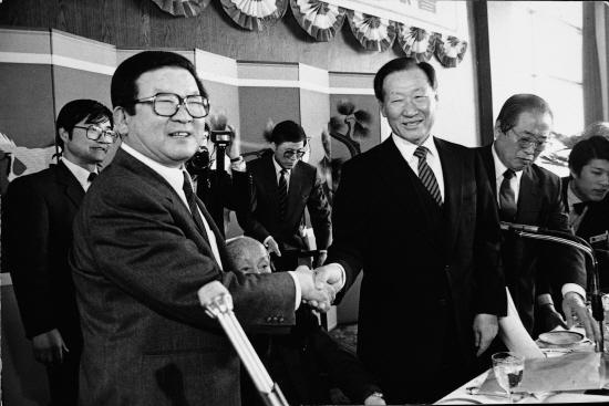 1987년 2월, 제26차 전경련 정기총회에서 18대 회장에 추대된 구 명예회장(왼쪽)이 정주영 전임회장으로부터 축하를 받고 있다