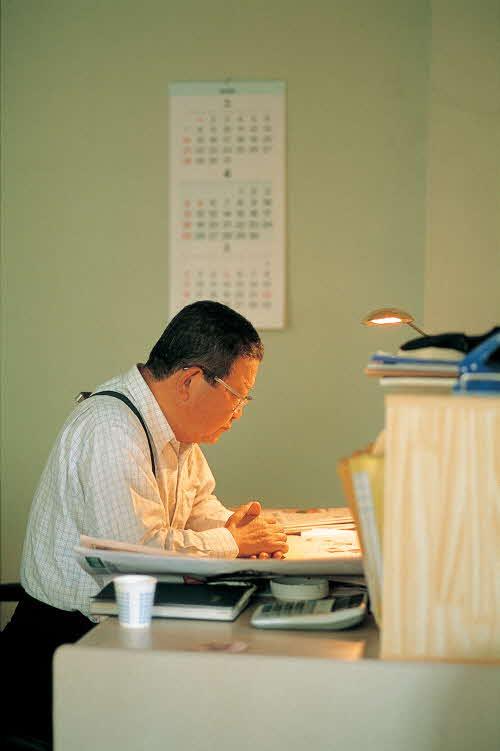 구자경 LG 명예회장이 연암대 한 켠에 마련된 조립식 건물 내의 작은 사무실에서 연구를 하고 있다. ⓒLG그룹