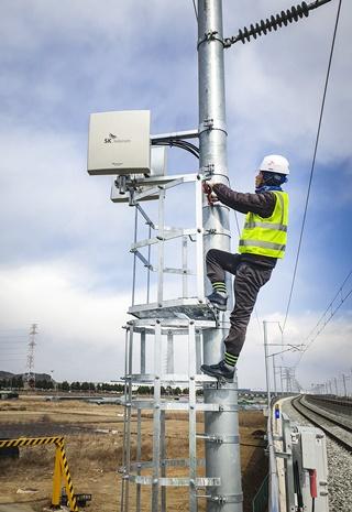 2018년 SK텔레콤과 컨소시엄을 구성한 사업자들이 대구선 LTE-R 구축사업을 진행하는 모습. ⓒSKT