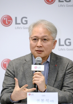 권봉석 LG전자 사장이 8일(현지시간) CES 2020에서 CEO 취임 후 첫 기자간담회 갖고 취재진 질문에 답하고 있다.ⓒLG전자