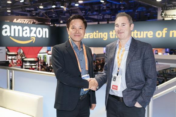 박정호 SK텔레콤 사장(왼쪽)이 CES 전시장 내 아마존 부스에서 앤디 제시 아마존웹서비스(AWS) CEO와 악수를 하고 있다. 이날 SK텔레콤과 아마존웹서비스는 클라우드 사업 협력 방안을 논의했다.ⓒSK텔레콤