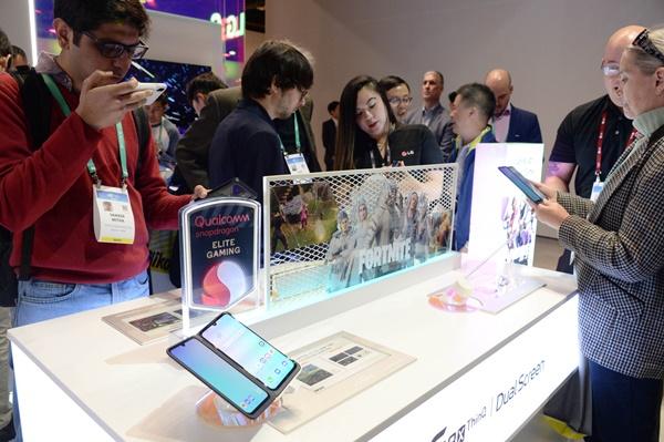 LG전자 부스를 찾은 관람객들이 LG 듀얼 스크린을 적용한 전략 스마트폰 LG G8X ThinQ(국내명 LG V50S ThinQ)를 살펴보고 있다.ⓒLG전자