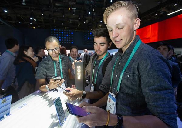 미국 라스베이거스에서 열리는 세계 최대 전자 전시회 CES 2020 개막일인 7일(현지시간) 삼성전자 전시관에서 관람객들이