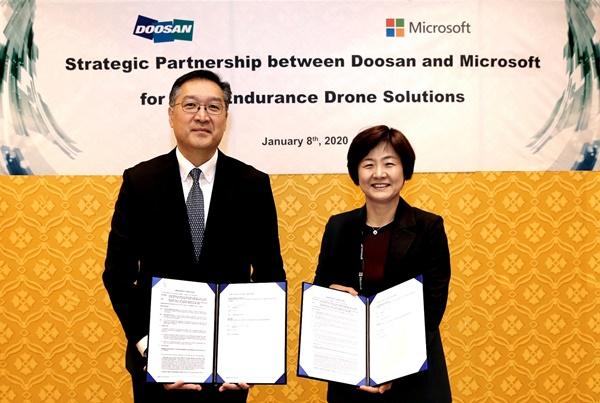 이두순 두산모빌리티이노베이션 대표(왼쪽)와 우미영 한국마이크로소프트 부사장이 8일(현지시간), CES 2020이 열리고 있는 미국 라스베이거스에서