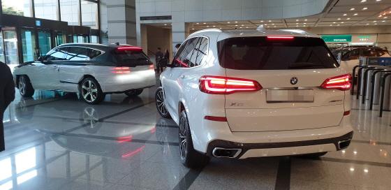 13일 오후 현대자동차 양재동 본사 로비를 제네시스 GV80와 BMW X5가 빠져나가고 있다.ⓒEBN 박용환 기자