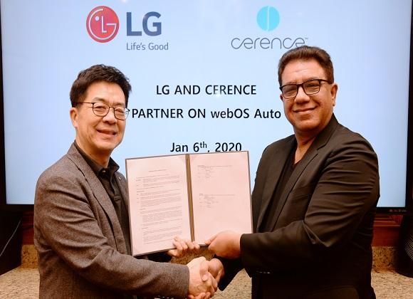 LG전자-쎄렌스 MOU: LG전자와 미국 쎄렌스(Cerence)社가 최근 라스베이거스에서 차량용 솔루션을 공동으로 개발하기 위한 양해각서(MOU)를 체결했다. (사진은 LG전자 CTO 박일평 사장(왼쪽)과 쎄렌스社 CEO 산자이 다완(Sanjay Dhawan))