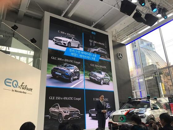 마크 레인 벤츠 코리아 제품&마케팅 부문 총괄 부사장이 14일 서울 신사동 EQ전시관에서 열린 기자간담회에서 올해 출시될 신모델들에 대해 설명하고 있다. ⓒEBN