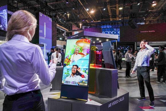 SK텔레콤의 CES 2020 전시관에서 관람객이 5G 서비스를 체험하고 있다.ⓒSK텔레콤