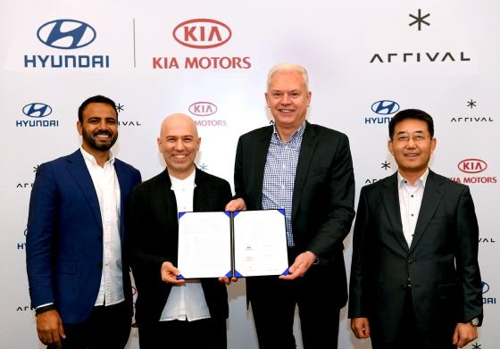 (사진 좌측부터) 어라이벌의 아비나시 러구버(Avinash Rugoobur) CSO, 데니스 스베르드로프 CEO, 현대·기아차 연구개발본부 알버트 비어만 사장, 현대차 상용사업본부 이인철 부사장이 기념촬영을 하고 있다.ⓒ현대기아차