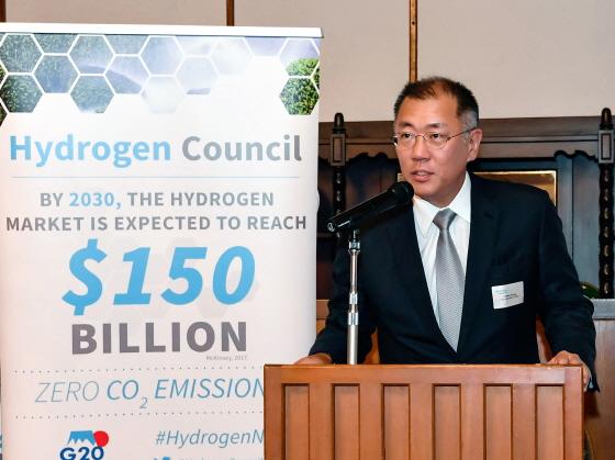 현대차그룹 정의선 수석부회장이 지난해 6월 일본 나가노縣(현) 가루이자와에서 열린 G20 에너지환경장관회의와 연계해 수소위원회가 개최한 만찬에서 공동회장 자격으로 환영사를 하는 모습.ⓒ현대차
