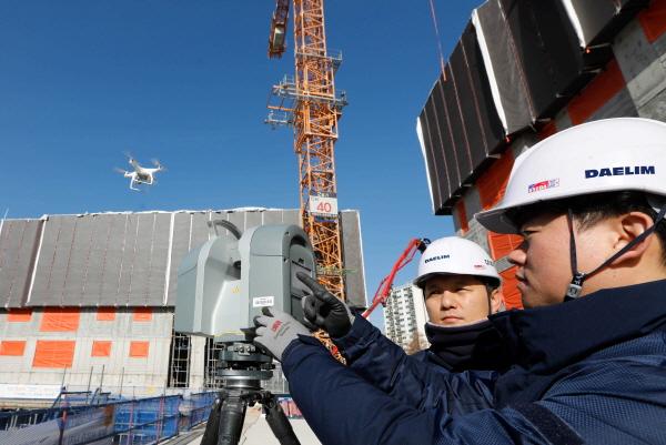 김포에서 건설중인 e편한세상 김포 로얄하임 현장에서 대림산업 직원들이 3D 스캐너와 드론을 활용하여 BIM 설계에 필요한 측량자료를 촬영하고 있다. ⓒ대림산업