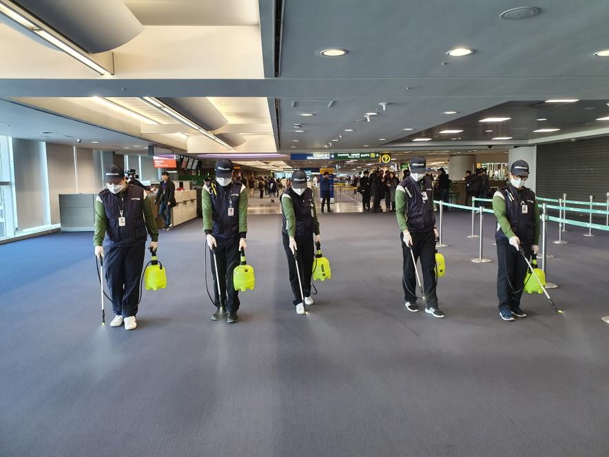 인천공항 제1여객터미널 입국장에서 인천공항 방역 담당 직원들이 방역용 살균소독제를 이용해 소독작업을 실시하고 있다.ⓒ인천공항공사
