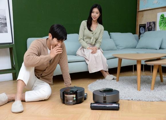 모델들이 사용자의 말을 알아듣고 청소, 기능설정, 정보도 제공하는 똑똑해진 로봇청소기 신제품 'LG 코드제로 씽큐 R9 보이스'를 소개하고 있다.