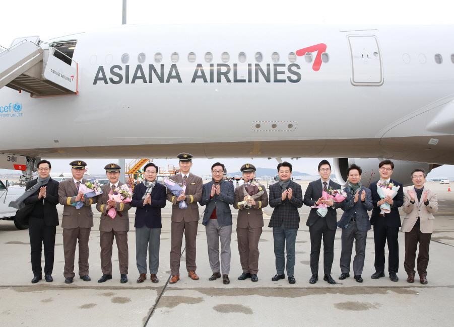 아시아나항공이 4일 인천국제공항에서 차세대 중장거리 주력기종인 A350 11호기 도입식을 가졌다. 이날 도입식에 참석한 김광석 부사장(왼쪽 네번째)이 임직원들과 함께 기념 촬영을 하고 있다.ⓒ아시아나항공