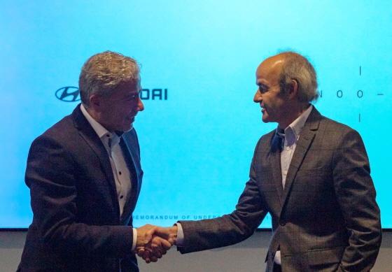 11일(현지시각) 미국 LA에 위치한 카누 본사 사옥에서 현대·기아자동차 차량아키텍처개발센터 파예즈 라만(Fayez Rahman) 전무(사진 좌측)와 카누의 울리히 크란츠(Ulrich Kranz) 대표가 차세대 전기차 플랫폼 개발 협력 계약을 체결한 뒤 악수를 나누고 있다.ⓒ현대기아차