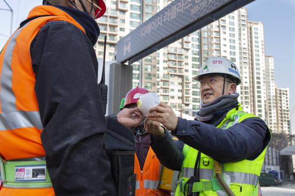 현대건설 관계자가 국내 건설현장 근로자에게 보건용 마스크를 무상으로 지급하고 있다. ⓒ현대건설