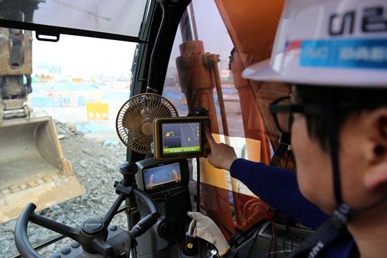 성남에서 건설중인 e편한세상 금빛 그랑메종 현장에서 머신 컨트롤 장비를 장착한 굴삭기를 이용해 토목 공사를 진행하고 있다.ⓒ대림산업