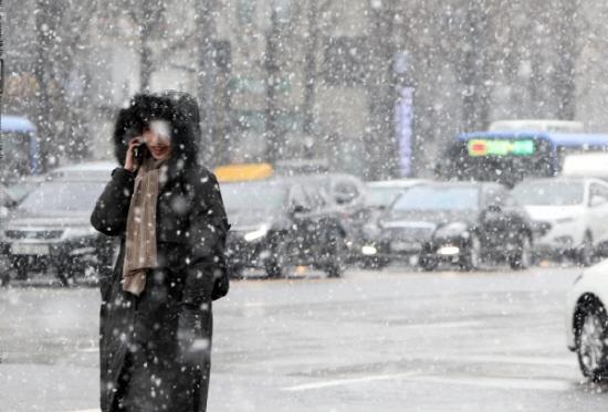 월요일인 17일은 전국이 흐린 가운데 늦게 찾아온 동장군에 평년보다 기온이 크게 떨어지고 바람이 강하게 불어 춥겠다. 밤새 내린 눈 때문에 출근길이 미끄러워 주의가 요구된다.ⓒ연합