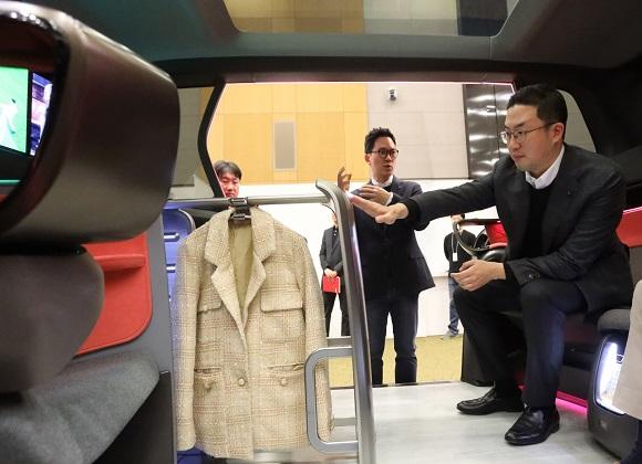 구광모 LG 대표는 17일 오후 서울 서초구 LG전자 디자인경영센터를 방문해 미래형 커넥티드카 내부에 설치된 의류관리기의 고객편의성 디자인을 살펴보고 있다.