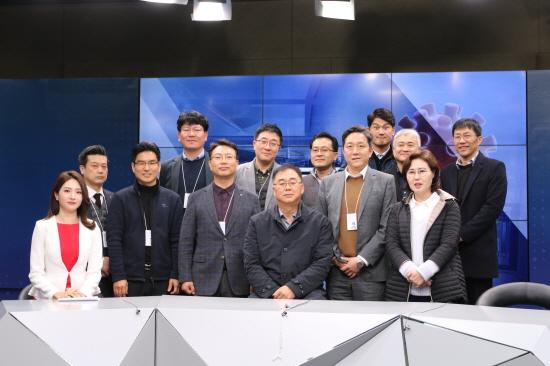 LG헬로비전 송구영 대표(앞줄 가운데)가 강원도 원주시 영서방송을 찾아 직원들을 격려하는 모습