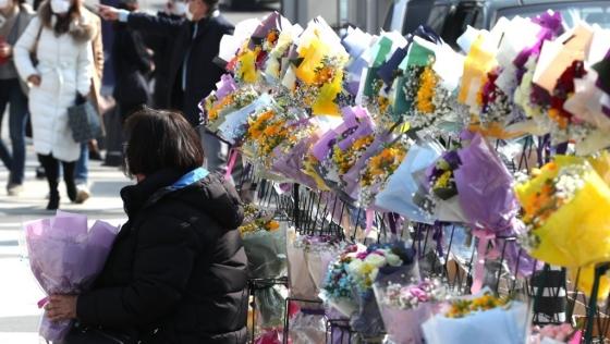 코로나19 영향으로 졸업식이 취소된 서울 연세대학교에서 꽃을 파는 상인들이 기념촬영을 위해 학교를 찾는 졸업생들을 기다리고 있다.ⓒ연합