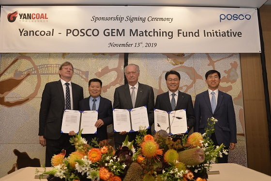 최정우 포스코 회장(오른쪽 두 번째)이 지난 2019년 11월 호주 석탄공급사인 얀콜 관계자들과