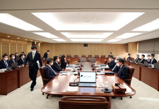 신종 코로나 바이러스 감염증(코로나19)의 급속 확산으로 경기 위축 우려가 커졌지만, 한국은행 금융통화위원회는 기준금리를 동결했다.ⓒ한국은행