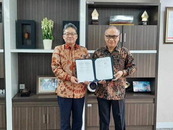 김창학 현대엔지니어링 대표이사(왼쪽)와 이그나티우스 탈룰렘방 페르타미나 메가 프로젝트 이사가 지난 25일 인도네시아 자카르타에 위치한 페르타미나 본사에서