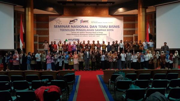 지난 2019년 인도네시아 과학기술평가응용청에서 열린 인도네시아를 위한 에너지·환경 기술 세미나에서 참석자들이 단체사진을 촬영하고 있다. ⓒ현대건설
