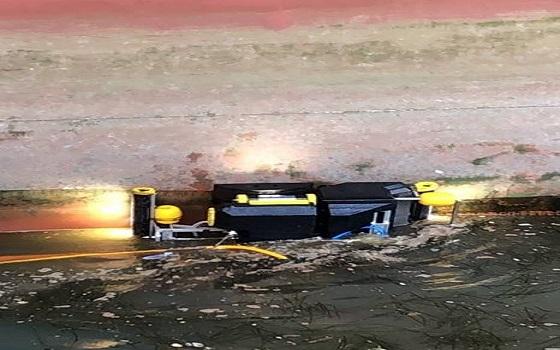 잠수로봇이 5000TEU급 컨테이너선 현대 플래티넘호의 선체 클리닝 작업을 진행하고 있다.ⓒ현대상선