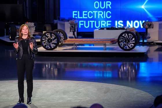 메리 바라 GM 회장 겸 CEO가 4일(현지 시간) 차세대 전기차 플랫폼을 소개하고 글로벌 전기차 시장을 리드할 미래 전략을 발표하고 있는 모습. ⓒ한국지엠