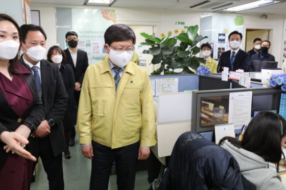 임서정 고용노동부 차관이 12일 충남 천안시 고용부 콜센터에서 코로나19 관련 방역 및 근무상황을 점검하고 있다.ⓒ고용노동부