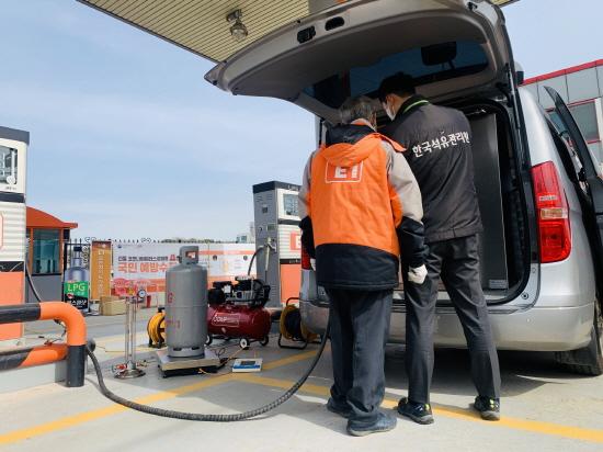 한국석유관리원 직원들이 LPG 용기 정량검사를 하고 있다.